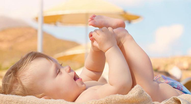 Kết quả hình ảnh cho tắm nắng cho bé